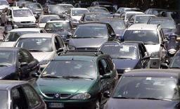 <p>Nell'immagine di archivio auto in fila a Roma. REUTERS/Alessandro Bianchi</p>