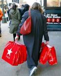 <p>Immagine d'archivio di una acquirente in una strada commerciale. REUTERS</p>