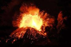 <p>Una immagine dell'eruzione del vulcano cileno Llaima, a circa 850 chilometri a sud di Santiago. REUTERS/Jose Luis Saavedra (CHILE)</p>