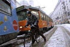 <p>Immagine d'archivio di una nevicata a Milano. REUTERS/Loris Savino</p>