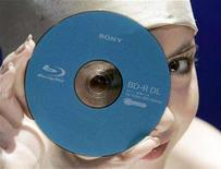 <p>A model displays a Sony Corp's new 50 gigabyte (GB) Blue-ray disk during an unveiling in Tokyo September 12, 2007. Toshiba Corp said on Sunday its HD DVD high-definition video format is not dead despite being dealt a big setback by Warner Bros studio's decision to exclusively back Sony Corp's rival Blu-ray technology. REUTERS/Yuriko Nakao(</p>