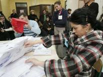 """<p>Подсчет голосов на одном из избирательных участков в Тбилиси 5 января 2008 года. Комиссар Евросоюза по внешней политике Хавьер Солана в понедельник поздравил Грузию с проведением """"действительно конкурентных"""" президентских выборов, но призвал также к скорейшему расследованию всех фактов нарушений в ходе голосования. (REUTERS/Gleb Garanich)</p>"""