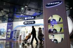 <p>Samsung Electronics envisage de lancer un téléphone mobile couleurs bon marché pour concurrencer le finlandais Nokia sur les marchés émergents. /Photo prise le 8 décembre 2007/REUTERS/Han Jae-Ho</p>