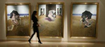 <p>Funcionário caminha em frente à obra 'Triptych 1974-77', do pintor Francis Bacon, na Christie's em Londres. Uma obra do pintor Francis Bacon em resposta ao suicídio de seu parceiro George Dyer deve chegar à marca de 50 milhões de dólares quando for vendida no próximo mês, informou a casa de leilões Christie's nesta segunda-feira. Photo by Luke Macgregor</p>