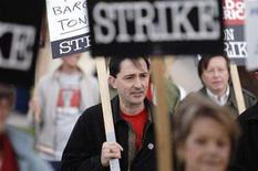 <p>Patric Verrone (C), President of Writers Guild of America, West, joins striking writers as they picket in front of NBC studios in Burbank, California January 2, 2008. REUTERS/Phil McCarten</p>