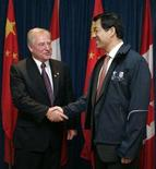 <p>Canada's Trade Minister David Emerson (L) shakes hands with China's Commerce Minister Bo Xilai before the start of a meeting in Ottawa May 28, 2007. REUTERS/Chris Wattie</p>