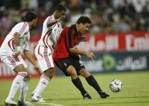 <p>Atacante do Milan Ronaldo sofre marcação dupla em amistoso do time italiano contra a seleção dos Emirados Árabes Unidos, na terça-feira, em Dubai. Photo by Ahmed Jadallah</p>