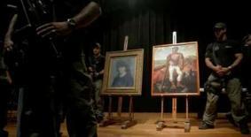 <p>Policiais protegem o quadro de Pablo Picasso's 'Retrato de Suzanne Bloch' e a obra de Candido Portinari 'O Lavrador de Cafér' durante entrevista coletiva, nesta quarta-feira, no Museu de Arte de São Paulo. Photo by Stringer</p>