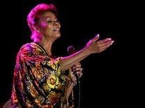 <p>Dionne Warwick performs during her concert in the casino of Vina del Mar city, 85 miles (137 km) northwest of Santiago, Chile June 10, 2006. Thieves stole valuables worth more than $100,000, including a diamond ring and a Rolex watch, from Warwick's room in a posh Rome hotel, Italian newspapers reported on Wednesday. REUTERS/Eliseo Fernandez</p>