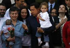 <p>As políticas colombianas Consuelo Gonzalez (2a à esquerda) e Clara Rojas (direita) são recebidas pelo presidente venezuelano, Hugo Chávez (centro), em Caracas. Photo by Jorge Silva</p>