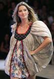 <p>A modelo Gisele Bundchen desfila pela Colcci durante a Fashion Rio Show esta semana. Photo by Bruno Domingos</p>
