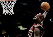 <p>James brilha e Cavs vencem Bobcats após duas prorrogações. LeBron James ditou o ritmo do Cleveland Cavaliers para conquistar uma vitória por 113-106 sobre o Charlotte Bobcats na sexta-feira, com o jogador conseguindo 19 rebotes, além de ser o cestinha do jogo, com 31 pontos. 9 de janeiro. Photo by Tami Chappell</p>