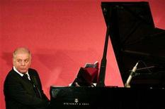 <p>Argentine-born Israeli conductor and pianist Daniel Barenboim plays during the presentation of the Award for Understanding and Tolerance to him and former BMW CEO Helmut Panke at the Jewish Museum in Berlin November 18, 2006. REUTERS/Miguel Villagran/Pool</p>