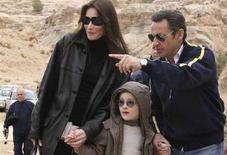 <p>Nicolas Sarkozy (R), Carla Bruni e il figlio di lei, Aurelien, a Petra il 5 gennaio scorso. REUTERS/Yousef Allan</p>