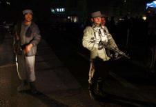 <p>Polícia afegã bloqueia estrada que leva ao Hotel Serena após ataque suicida em Cabul. Um ataque suicida a bomba contra um hotel de luxo na capital do Afeganistão matou pelo menos duas pessoas nesta segunda-feira, informou a polícia. Photo by Ahmad Masood</p>