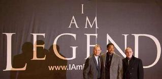 <p>Will Smith (al centro), il regista Francis Lawrence (a sinistra) e il produttore Akiva Goldsman alla prima di 'I Am Legend' a Berlino. REUTERS/Tobias Schwarz (GERMANY)</p>