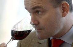 <p>Un sommelier degusta un bicchiere di vino. REUTERS/Charles Platiau (FRANCE)</p>