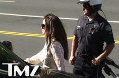 <p>Spears camina de vuelta a un vehículo poco después de llegar a las afueras de la corte en Los Angeles (1/15/08). Un juez rechazó el lunes restituir a Britney Spears el derecho a visitar a sus dos hijos, dijo un portavoz del tribunal, luego de que la atormentada cantante llegara hasta la corte donde se celebraba una audiencia sobre el caso pero desistiera de ingresar. Photo by Reuters (Handout)  THIS IMAGE IS PERMITTED FOR USE FROM JANUARY 14, 2008 THROUGH JANUARY 18, 2008. ANY USE THEREAFTER MUST BE CLEARED AGAIN WITH TMZ. IT MAY NOT BE USED AS FILE FOOTAGE, UNLESS PERMISSION IS GRANTED BY TMZ. IN ADDITION, THE TMZ BUG MUST REMAIN UNOBSCURED AND WRITTEN CREDIT MUST BE GIVEN TO TMZ IN THE STORY.  EDITORIAL USE ONLY. NOT FOR SALE FOR MARKETING OR ADVERTISING CAMPAIGNS. NO ARCHIVES. NO SALES</p>