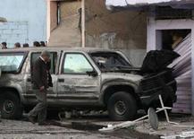 <p>Пострадавший от взрыва бомбы автомобиль посольства США в Бейруте 15 января 2008 года. По меньшей мере четыре человека погибли и 16 получили ранения в результате взрыва рядом с автомобилем посольства США в Бейруте во вторник, сообщили источники в службе безопасности Ливана и Госдепартамент США. (REUTERS/Mohamed Azakir)</p>