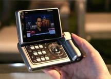 """<p>Combiné Nokia N92, capable de recevoir un flux TV. Les principaux groupes audiovisuels privés ont signé une charte pour favoriser le développement de la télévision mobile personnelle (TMP, télévision sur mobiles ou TV de poche) en France. Ils évoquent aussi un système commun de cryptage et de guide des programmes pour toutes les chaînes autorisées, ainsi qu'une """"rationalisation de l'utilisation des ressources de diffusion par la recherche de solutions communes"""". /Photo d'archives/REUTERS/Nokia</p>"""
