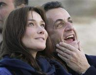 <p>France's President Nicolas Sarkozy and his new girlfriend, Carla Bruni, walk together during a visit to the Giza pyramids in Cairo, December 30, 2007. REUTERS/Nasser Nuri</p>