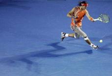 <p>O tenista espanhol Rafael Nadal rebate bola do sérvio Viktor Troicki, no aberto da Austrália. O segundo cabeça-de-chave Rafael Nadal passou com facilidade para a terceira rodada do Aberto da Austrália com uma vitória arrasadora por 6-0, 6-2 e 6-2 sobre o francês Florent Serra, nesta quarta-feira. Photo by Mick Tsikas</p>