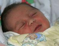 <p>Новорожденная девочка спит в родильном доме в Мюнхене 1 января 2007 года. Число новорожденных в Германии увеличилось в 2007 году впервые за десять лет, однако общая численность населения снизилась пятый год подряд, сообщило Федеральное бюро статистики в среду. (REUTERS/Alexandra Beier)</p>