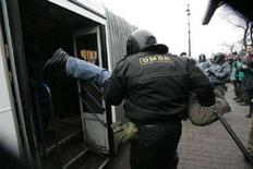 """<p>Сотрудник ОМОНа пытается поместить задержанного в милицейский автобус во время проведения """"марша несогласных""""в Санкт-Петербурге 25 ноября 2007 года. Многие страны мира, включая Россию, Иран, Пакистан, Венесуэлу и Китай, ограничивают политические свободы, говорится в ежегодном исследовании правозащитной организации Freedom House. (REUTERS/Alexander Demianchuk)</p>"""