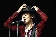 <p>British pop group Babyshambles' lead singer Pete Doherty performs during the Glastonbury music festival in Somerset, south-west England, June 23, 2007. REUTERS/Dylan Martinez</p>