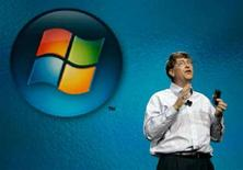 <p>Bill Gates davanti al logo di Microsoft. REUTERS/Rick Wilking</p>