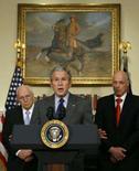 <p>O presidente dos EUA George W. Bush (centro) faz declaração sobre a economia na Casa Branca, Washington. Bush disse nesta sexta-feira que é preciso tomar medidas para estimular a enfraquecida economia dos Estados Unidos, que enfrenta o risco de uma recessão. Photo by Jim Young</p>