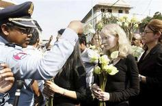 """<p>A policeman (L) attempts to stop U.S actress Mia Farrow (2nd R) and group from making their way to lay flowers at Toul Sleng Genocide Museum in Phnom Penh January 20, 2008. Cambodian police barred Hollywood actress Mia Farrow and other activists from laying flowers at a """"Killing Fields"""" museum on Sunday, as part of a campaign to end atrocities in Sudan's Darfur. REUTERS/Chor Sokunthea</p>"""
