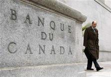 <p>Bank of Canada Governor David Dodge leaves his office for a news conference in Ottawa October 18, 2007. The Bank of Canada cut its key overnight interest rate by a quarter-point to 4 percent on Tuesday, as expected, and said further cuts are likely to be needed to protect the economy from the worsening U.S. housing crisis. REUTERS/Chris Wattie</p>