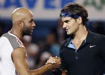 <p>Roger Federer (direita) cumprimenta James Blake após vitória sobre o norte-americano no Aberto da Austrália, nesta quarta-feira. Photo by Stuart Milligan</p>