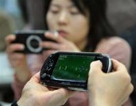 <p>Due donne giapponesi giocano con la PlayStation Portables (PSP). REUTERS/Toshiyuki Aizawa</p>