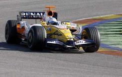 <p>O piloto de Fórmula 1 Fernando Alonso treina no circuito de Ricardo Tormo, em Valência. A passagem infeliz de Fernando Alonso pela McLaren na temporada passada fez dele um piloto mais profissional e comprometido, de acordo com o chefe da equipe Renault, Flavio Briatore. Photo by Heino Kalis</p>