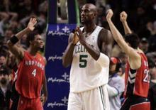 <p>O ala Chris Bosh (esq) do Toronto Raptors e o armador Carlos Delfino comemoram vitória sobre o Boston Celtics de Kevin Garnett (centro), pela temporada regular da NBA. O Toronto Raptors conseguiu na quarta-feira uma incrível virada para derrotar o Boston Celtics, por 114 a 112, fora de casa. Photo by Adam Hunger</p>