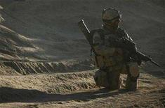 <p>A Canadian soldier from the NATO-led coalition in the Sangsar area of Zhari district in Kandahar province, southern Afghanistan November 17, 2007. A Canadian soldier was killed and two others were injured in Afghanistan on Wednesday when a military convoy struck an improvised mine near the southern city of Kandahar, the Canadian government said. REUTERS/Finbarr O'Reilly</p>