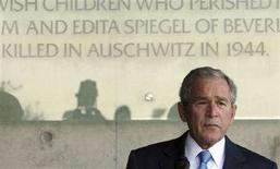 <p>Il presidente Usa George W.Bush in visita al Museo dell'Olocausto Yad Vashem, a Gerusalemme. REUTERS</p>