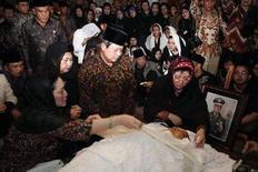 <p>Президент Индонезии Юдойоно (в центре) прощается с покойным экс-президентом Сухарто в Джакарте. В воскресенье в возрасте 86 лет скончался бывший президент Индонезии Сухарто, 32-летнее правление которого привело к экономическому подъему страны и принесло стабильность, однако было омрачено коррупцией и серьезными нарушениями прав человека. (REUTERS/Setpress-Abror Rizky/Handout)</p>