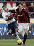 <p>Kakà del Milan (destra) sul campo di San Siro. REUTERS/Alessandro Garofalo</p>