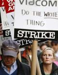 <p>Un immagine di una manifestazione degli sceneggiatori. REUTERS/Lucas Jackson (UNITED STATES)</p>