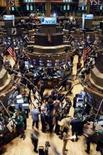 <p>As bolsas de valores dos Estados Unidos fecharam em alta nesta terça-feira, após expectativas de outro corte do Federal Reserve na taxa básica de juro. Foto geral da Bolsa de Valores de Nova York em 28 de janeiro. Photo by Brendan Mcdermid</p>