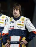 <p>Corredor de F1 Fernando Alonso posando para foto durante lançamento oficial  do novo carro da Renault. O bicampeão de F1 espera ser primeiro piloto da Renault em 2008. Photo by Charles Platiau</p>