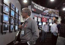<p>Show attendee Michael Melnik looks over a display of HD television monitors during the Consumer Electronics Show (CES) in Las Vegas, Nevada January 8, 2008. REUTERS/Steve Marcus</p>