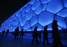 <p>Visitantes caminham do lado de fora do Parque Aquático Cubo d'Água, em Pequim, nesta sexta-feira. O local será sede das competições de natação, saltos ornamentais e nada sincronizado dos Jogos de Pequim, agosto. Photo by Claro Cortes Iv</p>