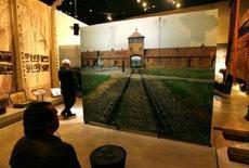 <p>Visitatori al museo Yad Vashem, il memoriale dell'Olocausto, a Gerusalemme, il 27 gennaio 2008. REUTERS/Ronen Zvulun</p>