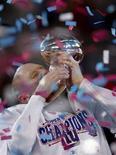 <p>Jeff Feagles dei New York Giants bacia il trofeo dopo la vittoria. REUTERS/Gary Hershorn (UNITED STATES)</p>