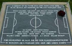 """<p>Мемориальная доска в честь погибших в """"мюнхенской катастрофе"""" 1958 года игроков """"Манчестер Юнайтед"""" в Мюнхене 22 сентября 2004 года. Сегодня в Германии и Англии пройдут церемонии памяти жертв """"мюнхенской катастрофы"""" - крушения самолета с игроками английского """"Манчестер Юнайтед"""" на борту, состоявшейся в 1958 году. (REUTERS/Alexandra Winkler)</p>"""