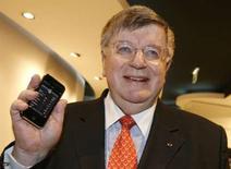 <p>Didier Lombard, P-DG de France Telecom. Le premier opérateur téléphonique français publie une marge brute opérationnelle (MBO) supérieure aux attentes, relève son objectif de cash flow organique pour 2008 et annonce un dividende supérieur à celui de 1,30 euro fixé pour 2007. /Photo prise le 28 novembre 2007/REUTERS/Benoît Tessier</p>